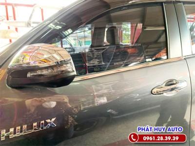 Nẹp chân kính Toyota Hilux 2020